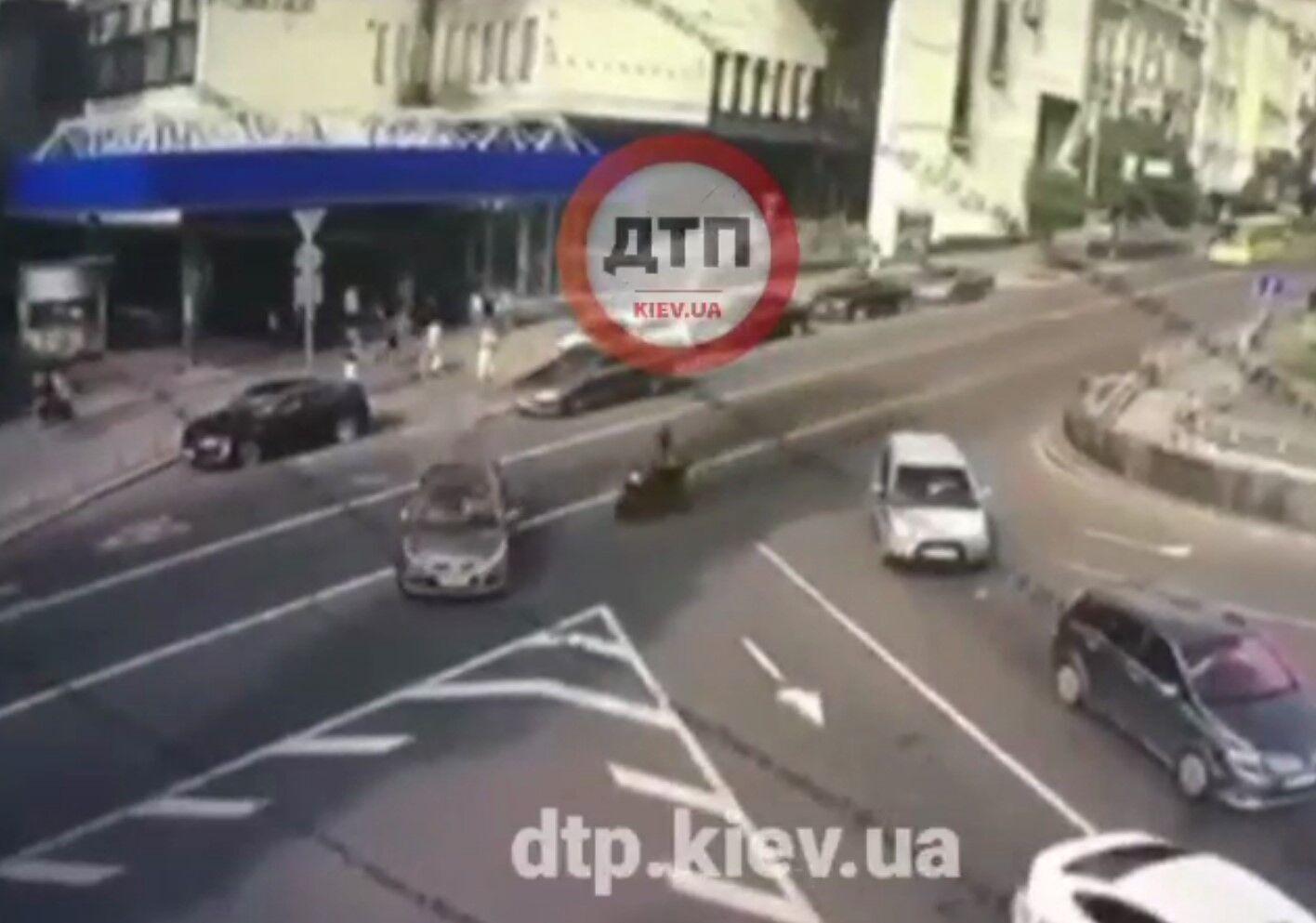 Мотоциклист на скорости въехал в такси.