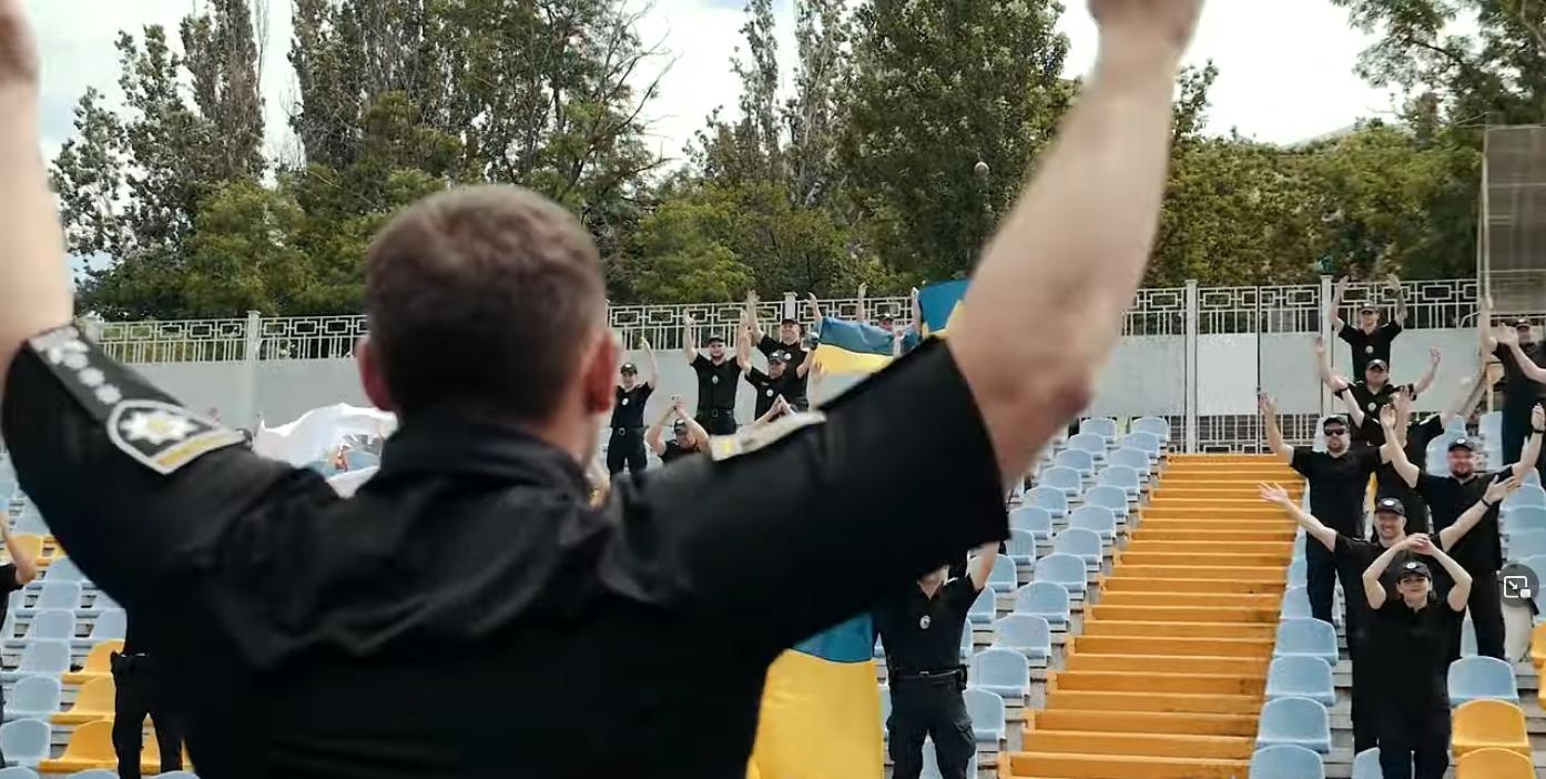 """""""Ми футбольна є країна – непоборна Україна!"""" – поют полицейские"""