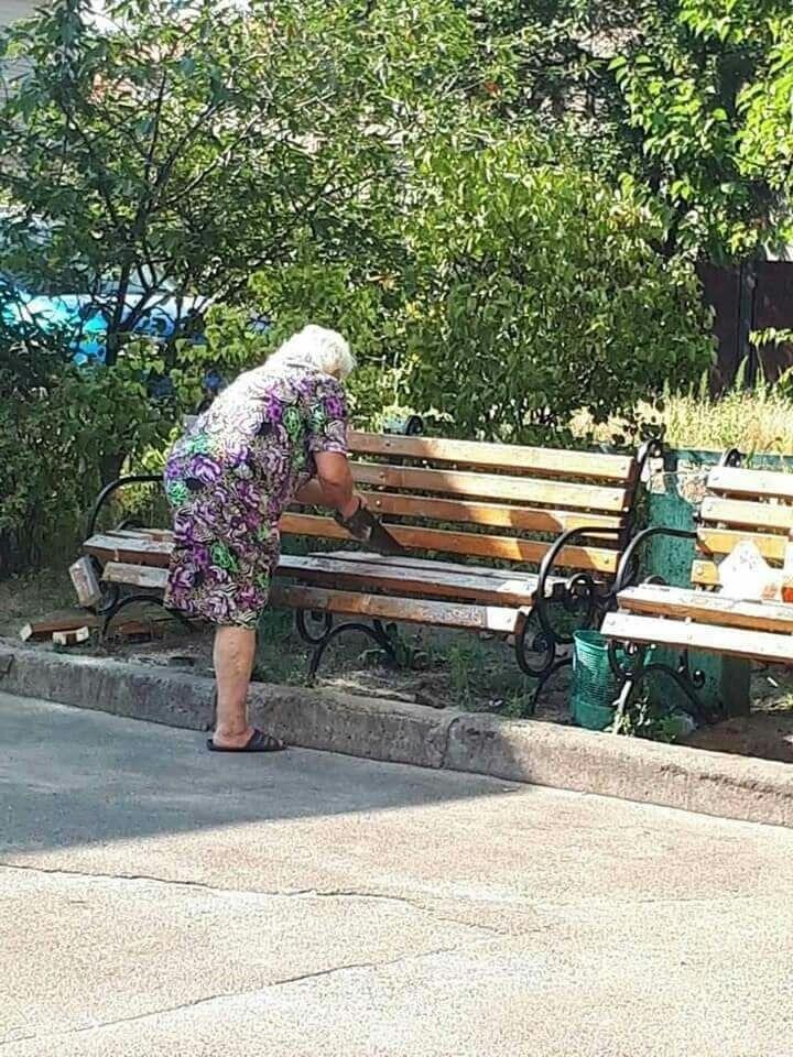 В Киеве енсионерка уничтожила скамейку возле своего дома.