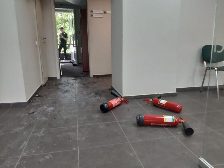 Займання гасили за допомогою вогнегасників.