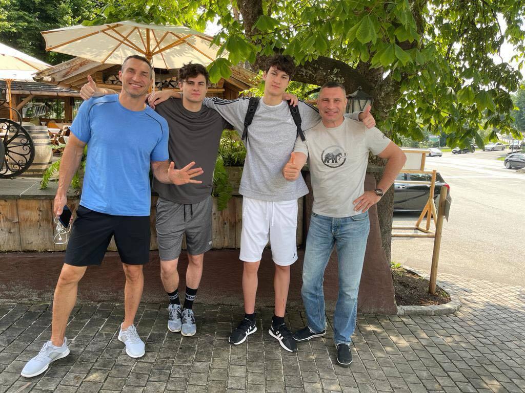 Виталий Кличко с братом и сыновьями
