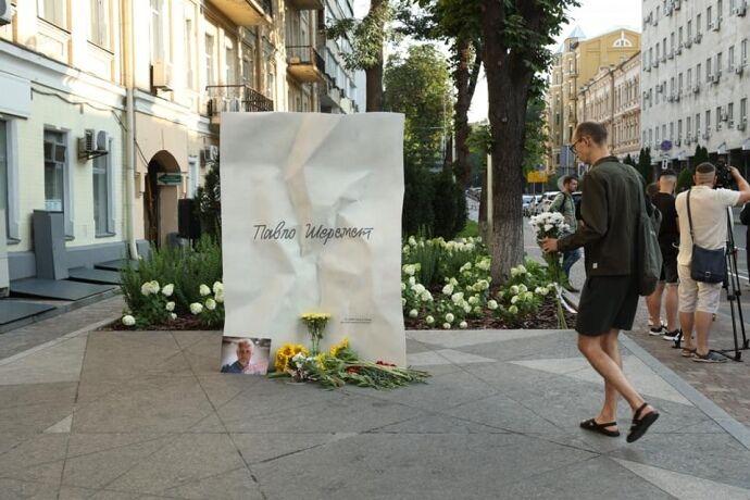 Пам'ятник відомому журналісту на вулиці Івана Франка.