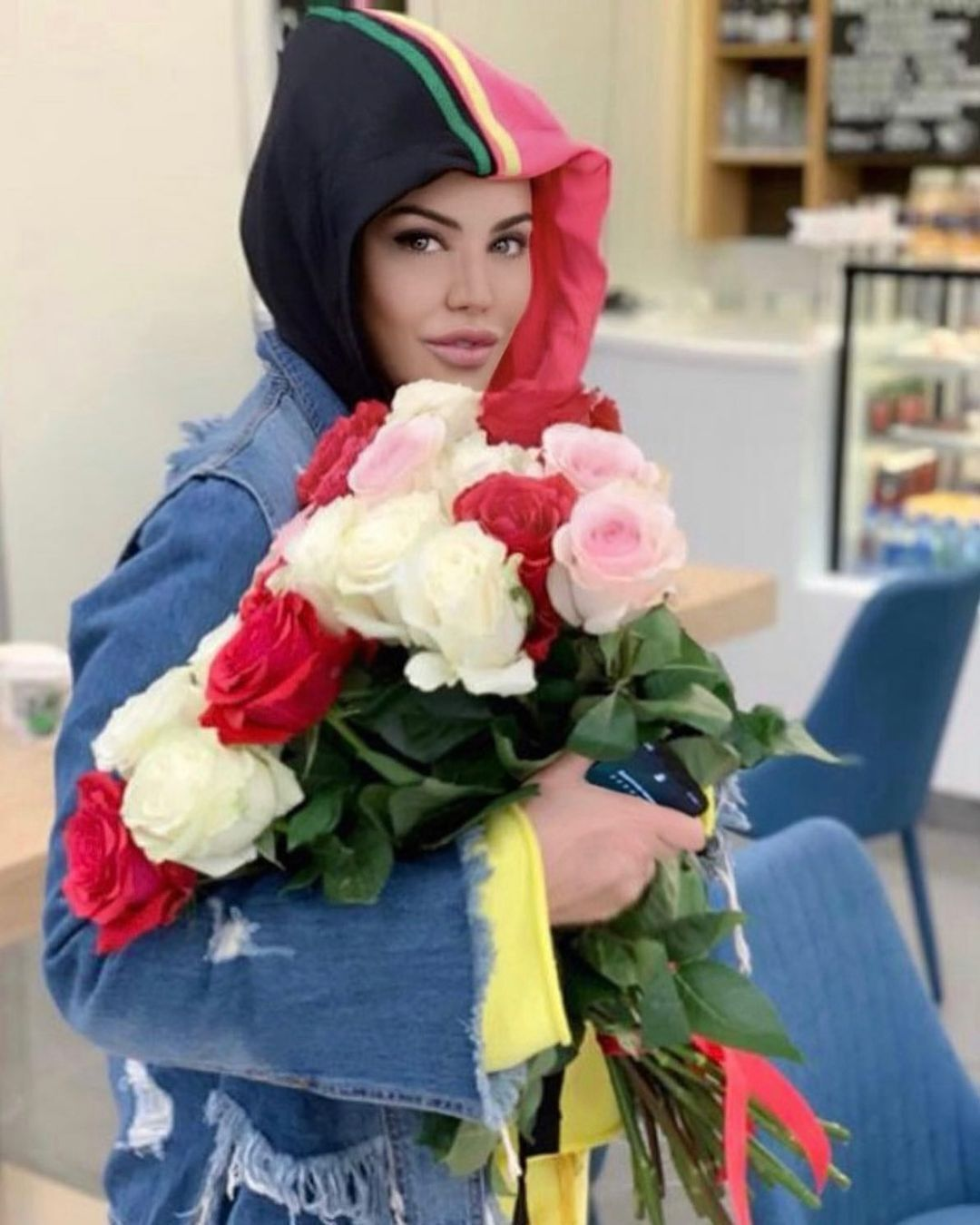 Оксана Байрак с цветами.