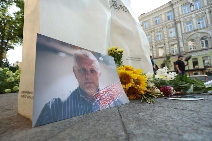 "Люди принесли плакати ""Політична справа Павла Шеремета""."