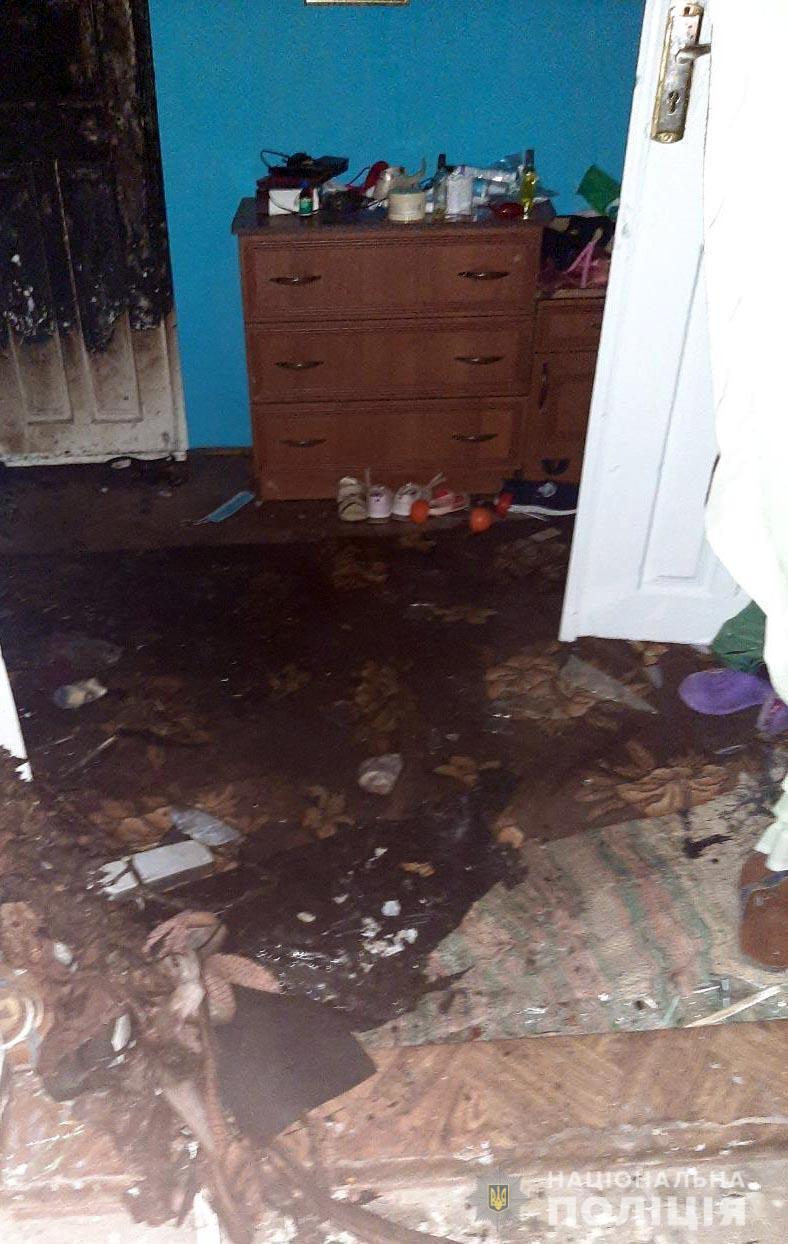 Перед підпалом чоловік облив будинок пальним.