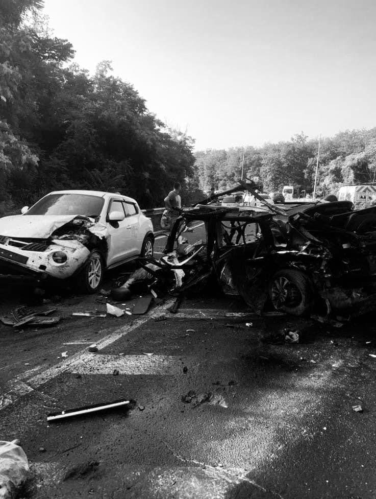 Семья, находившаяся в легковом автомобиле, и шофер грузовика скончались.