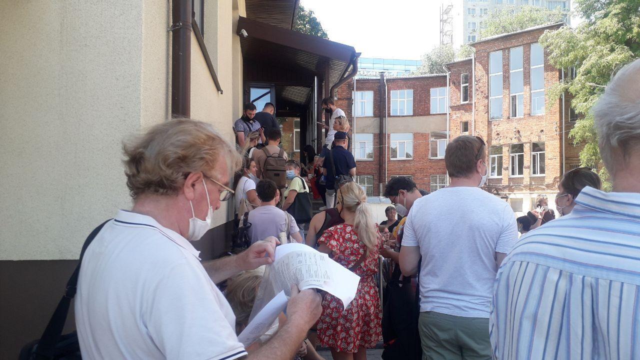 В Харькове люди выстраиваются в очереди за уколом