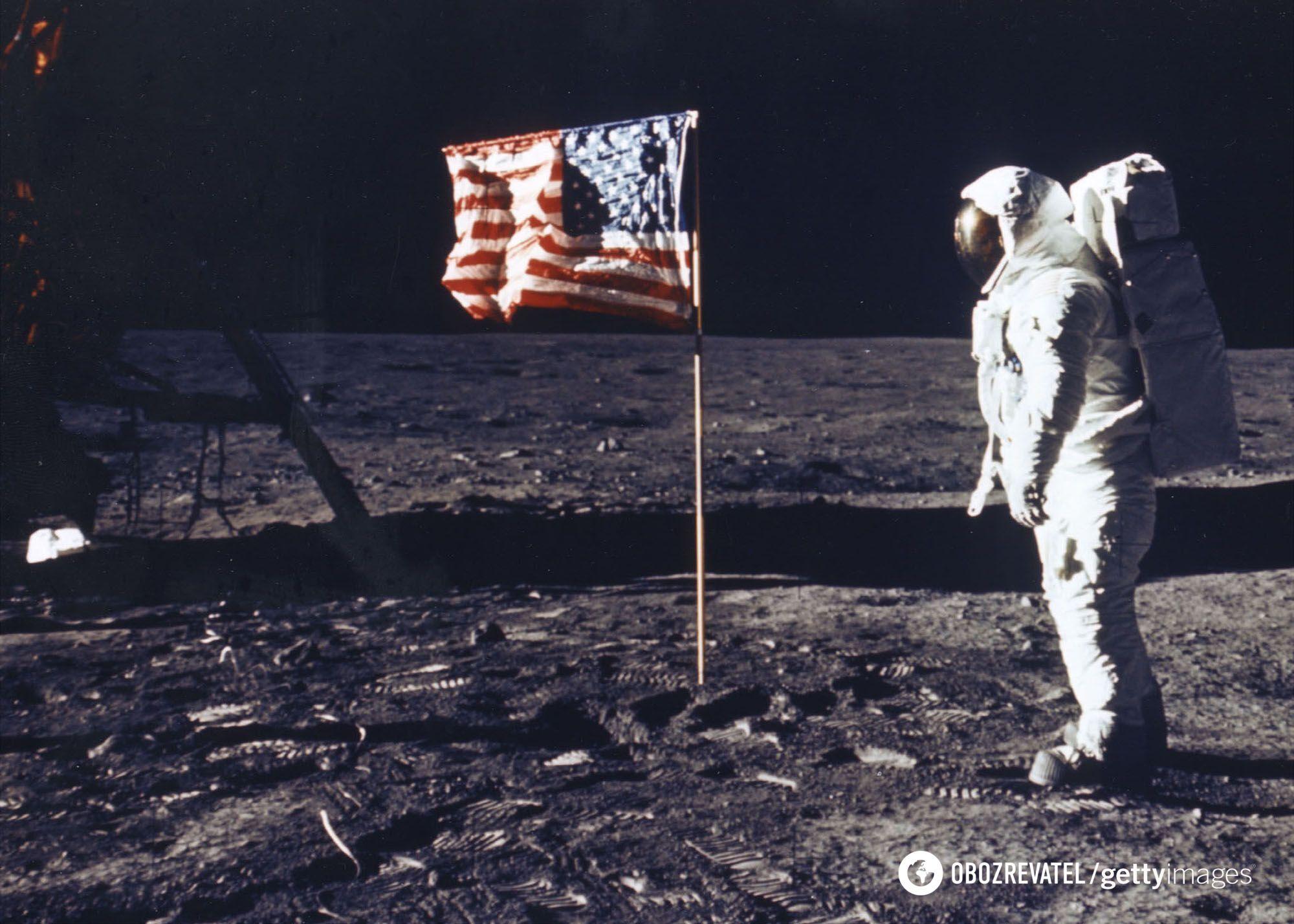 Прапор США на Місяці майорить, ніби на вітру
