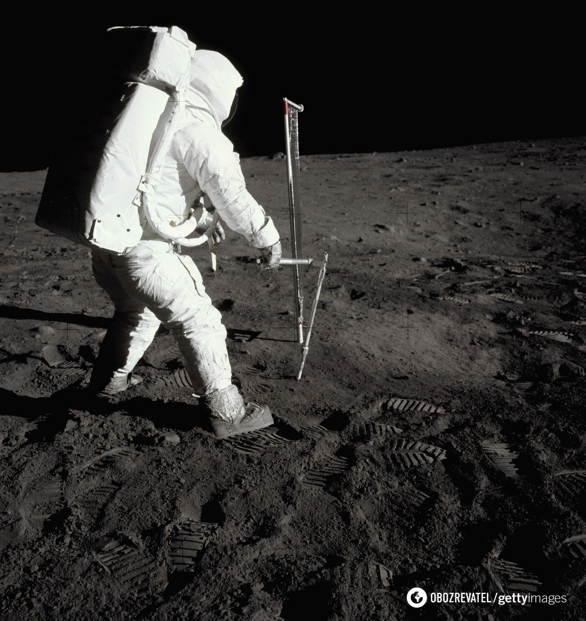 Базз Олдрін бере зразки грунту на поверхні Місяця