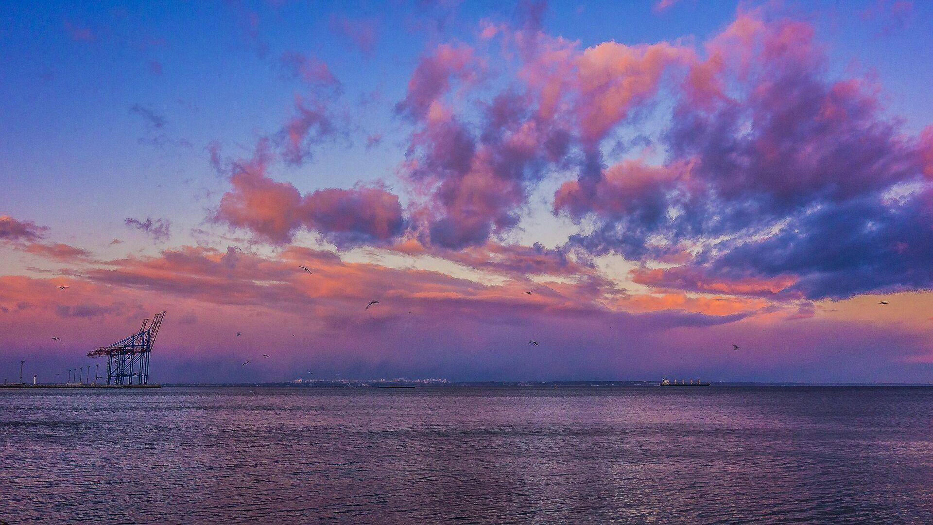 На віддалі від берега є кам'яні хвилерізи, які оберігають пляж від великих штормів