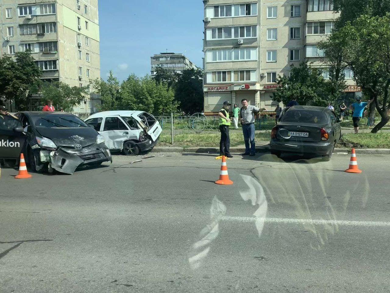 Таксист спровоцировал ДТП с участием пяти авто.