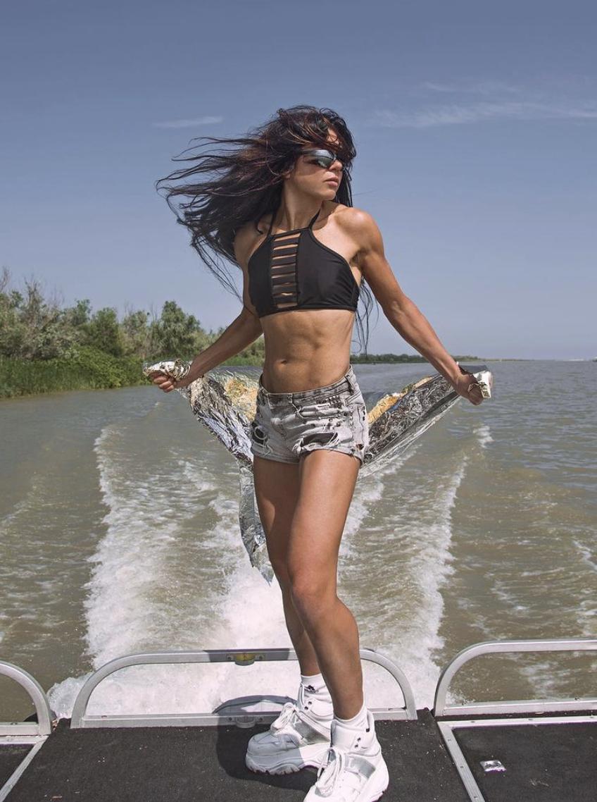 Певица Руслана в свои 48 обладает спортивной фигурой.