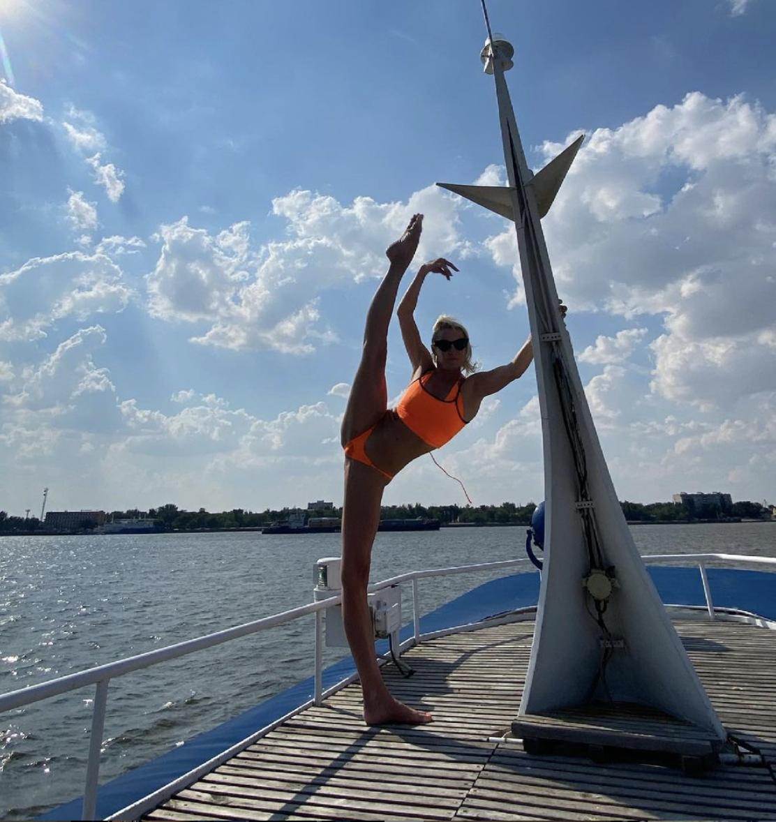 Балерина Анастасия Волочкова позирует в купальнике.
