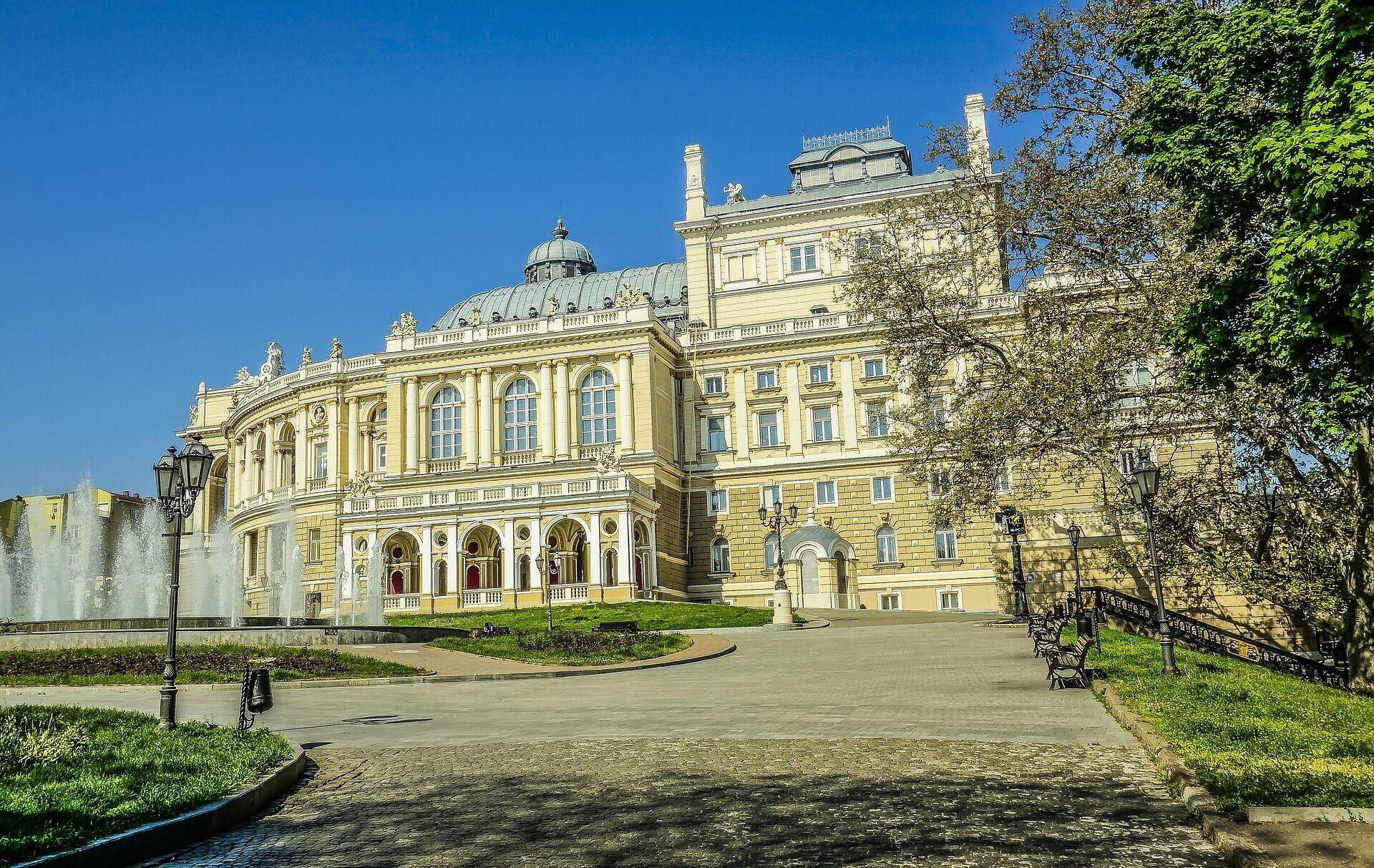 До Одеси з більшості великих міст можна дістатися прямим поїздом, автобусом або машиною