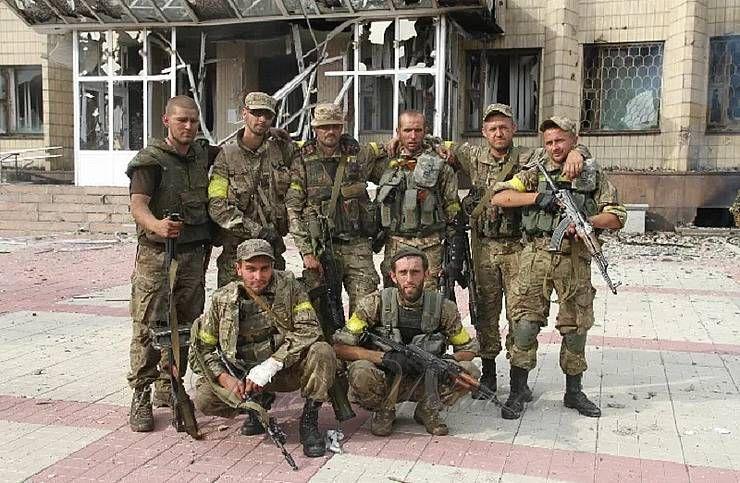 Воїни ЗСУ у звільненому місті