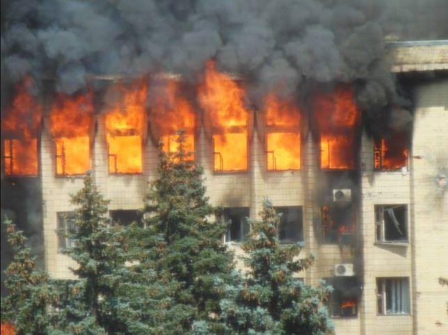 Палаюча будівля міськради Торецька