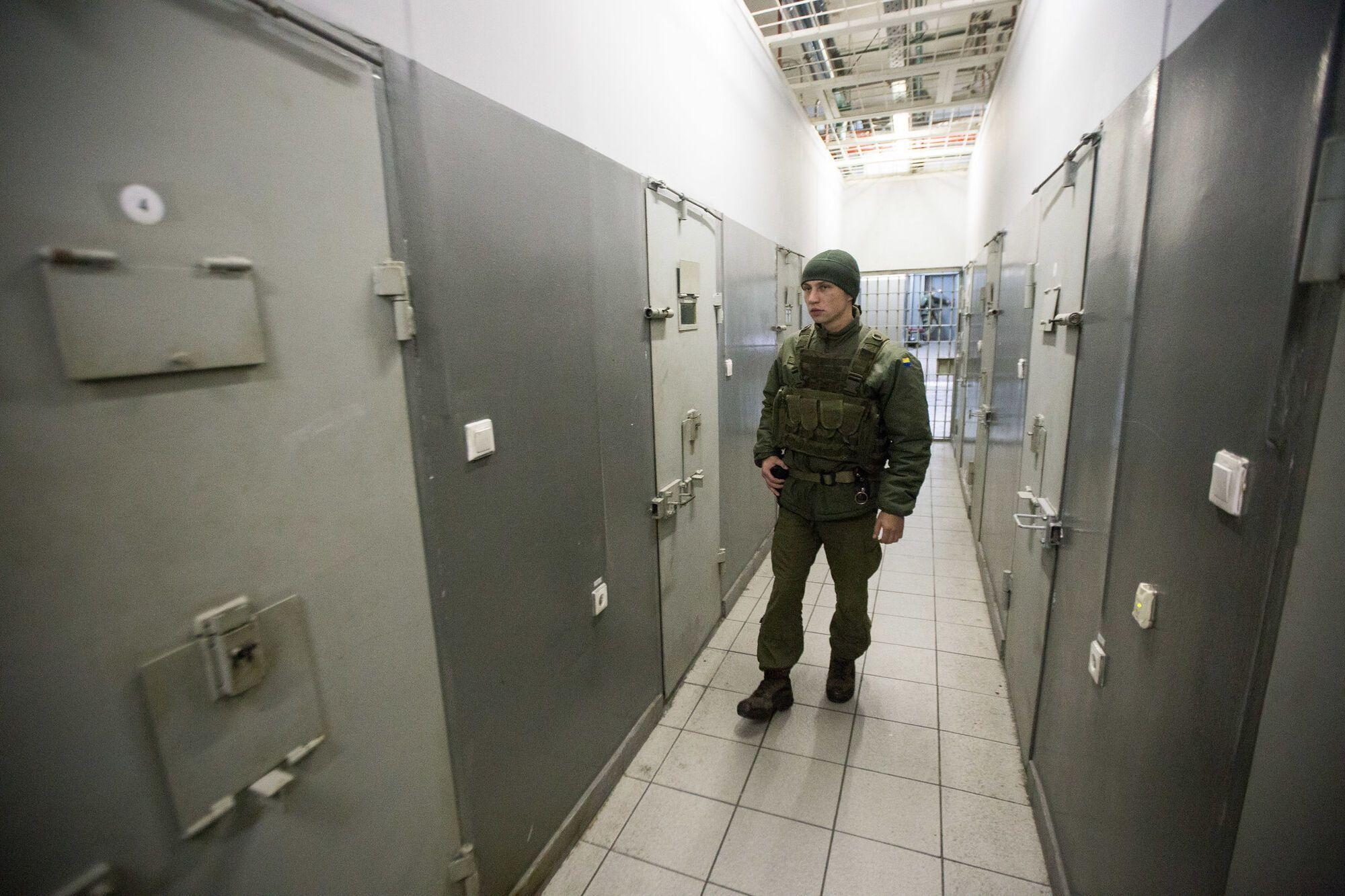 забезпечують конвоювання ув'язнених...