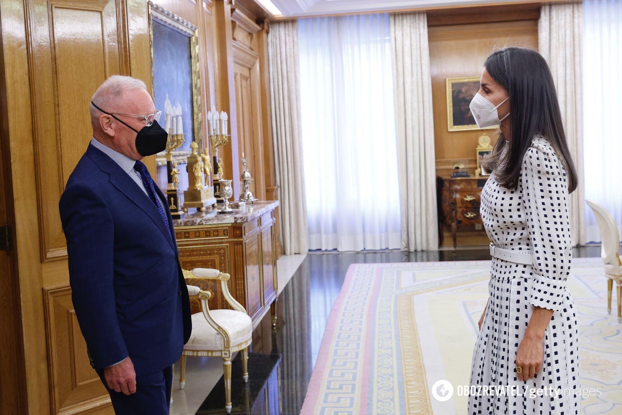 Королева в стильном платье