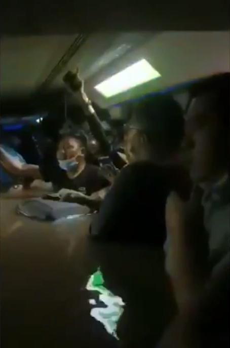 Пассажиры метро оказались заблокированы в тоннеле.