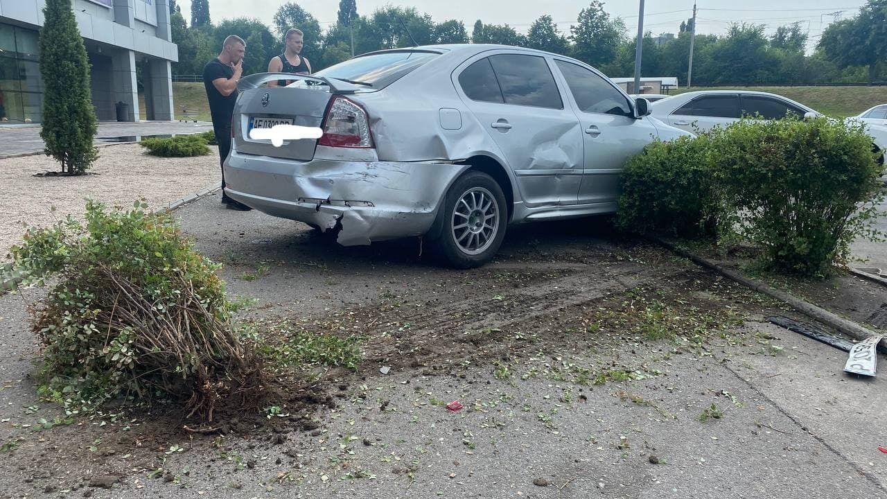 Перед этим он протаранил припаркованную легковушку