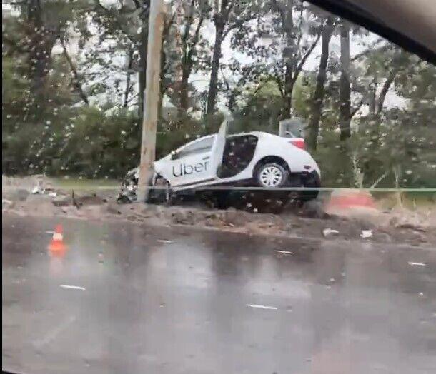 Машина вылетела за пределы дороги и протаранила столб.