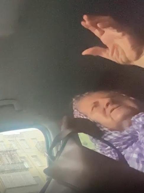 Пожилая женщина в Киеве просит подвезти ее на такси и говорит, что родственники хотят ее отравить.