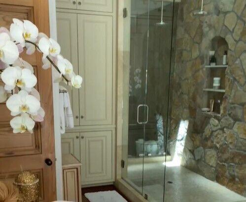 Дженнифер Лопес показала ванную.