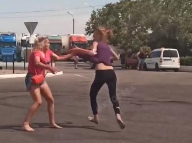 Женщины в Одессе подрались из-за мужчины.