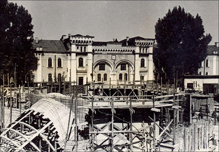Будівництво ескалаторного залу вестибюля.