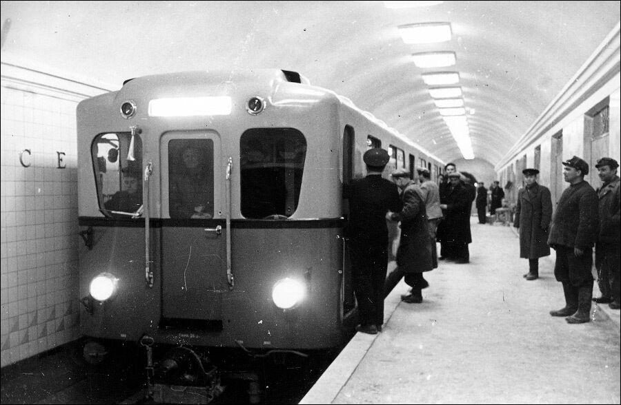Один із перших поїздів на станції.