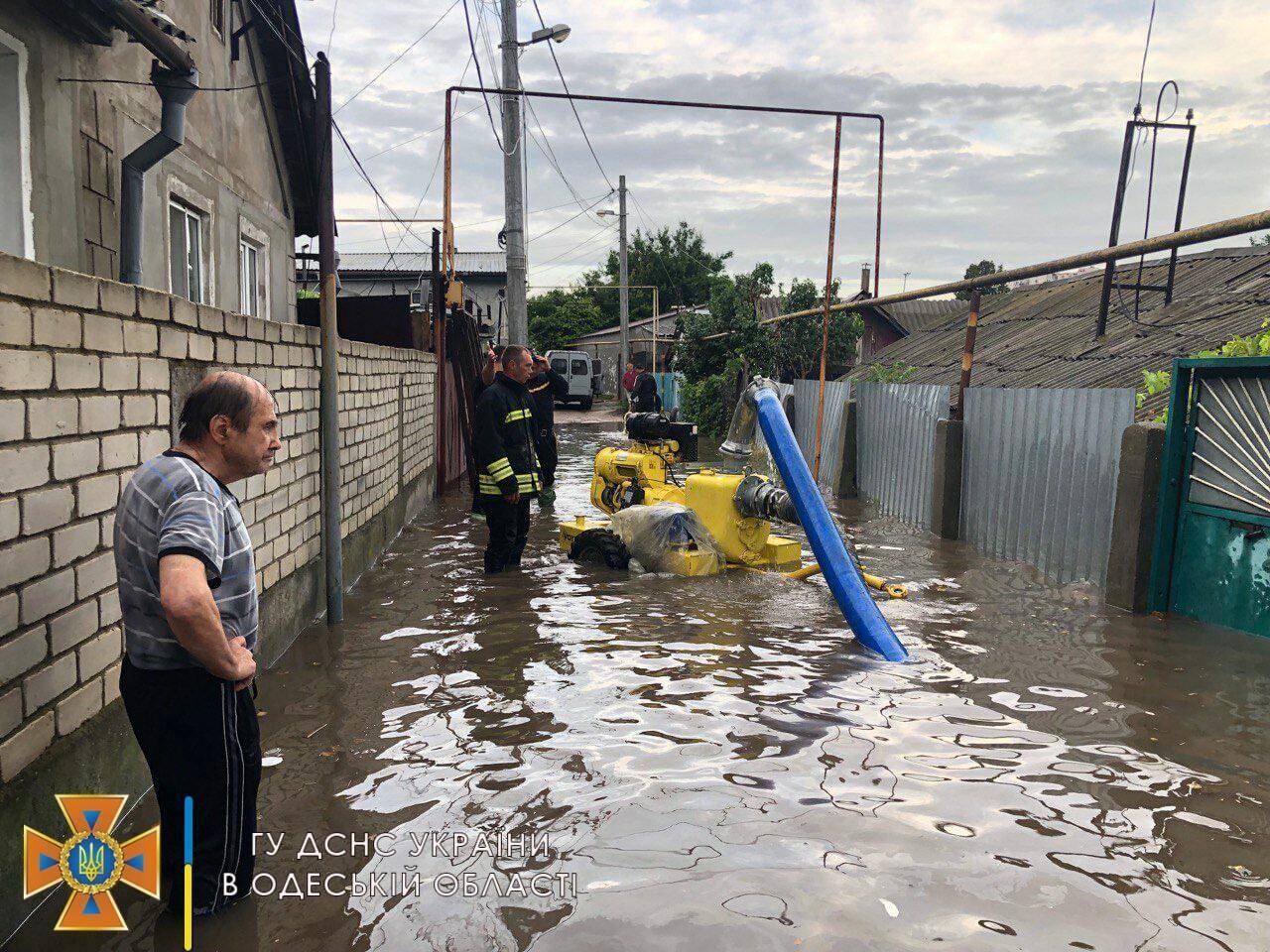Сотрудники ГСЧС откачивают воду