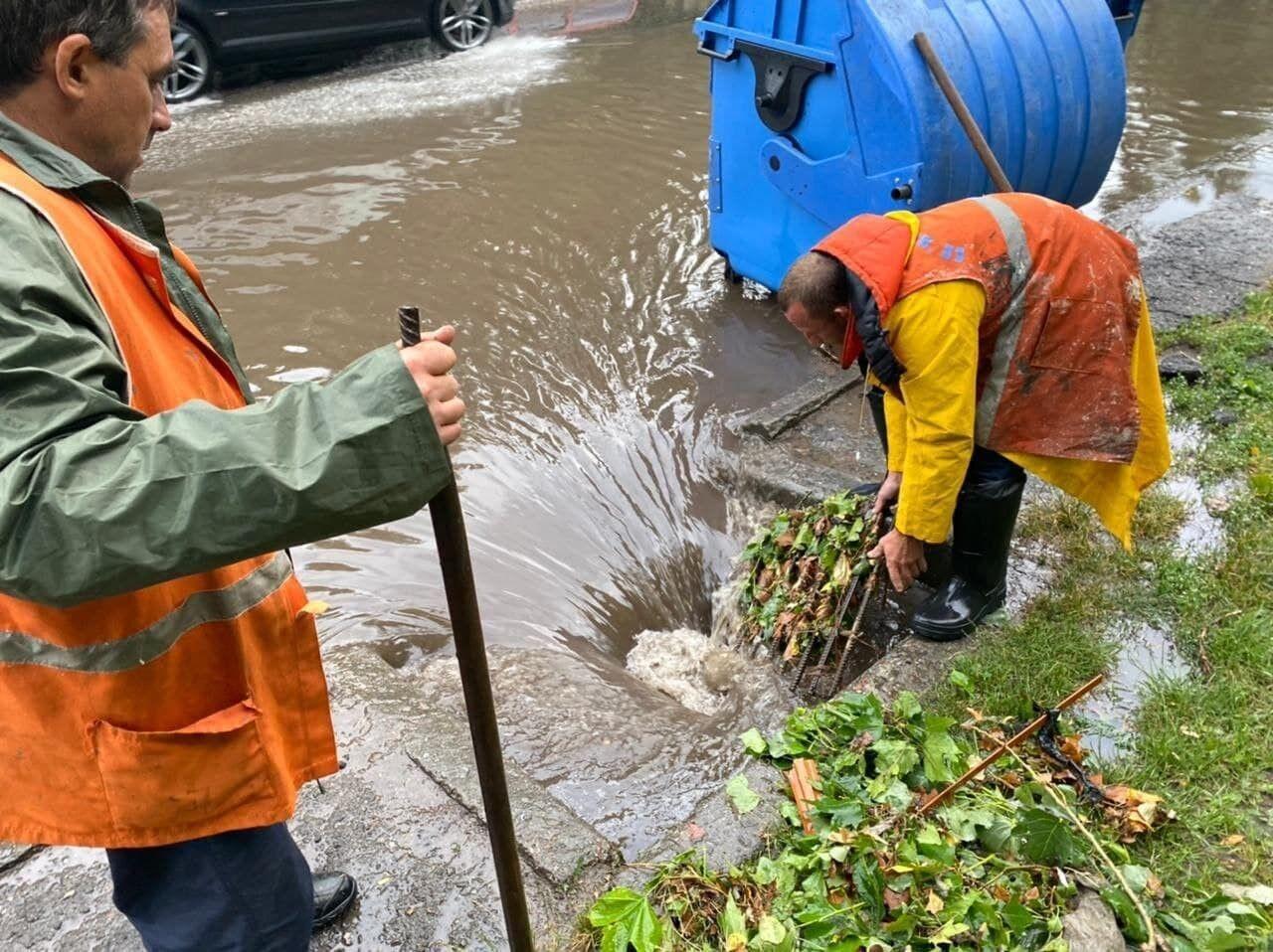 Коммунальщики устраняют последствия потопа