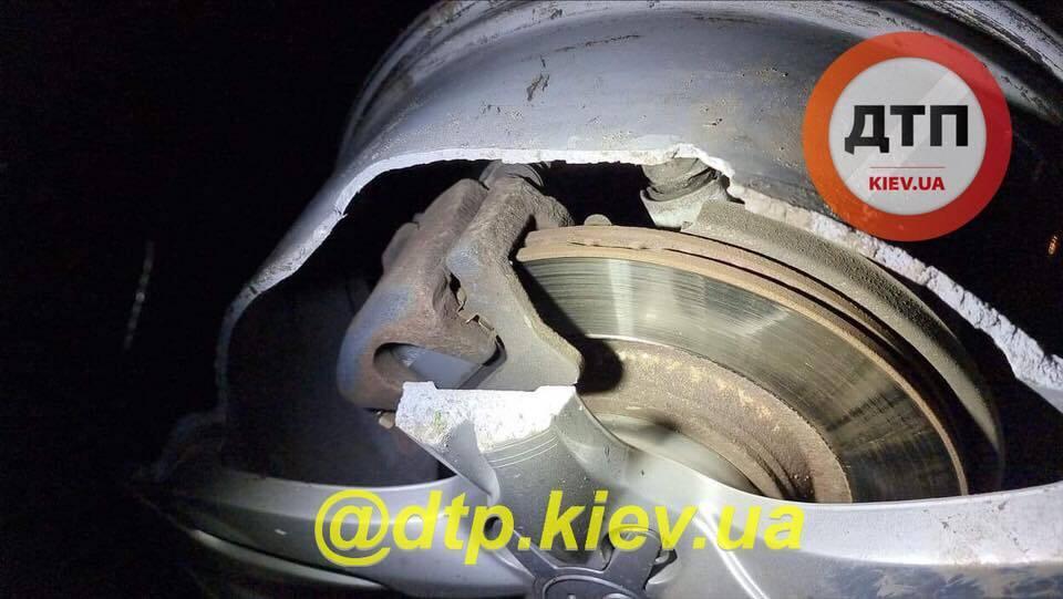 В Киеве пьяная женщина водитель врезалась в электроопору.