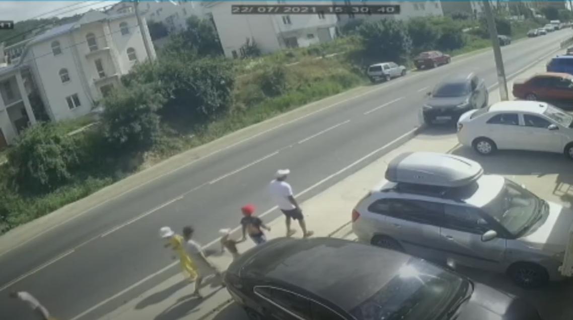 Момент столкновения автомобиля с пешеходами.
