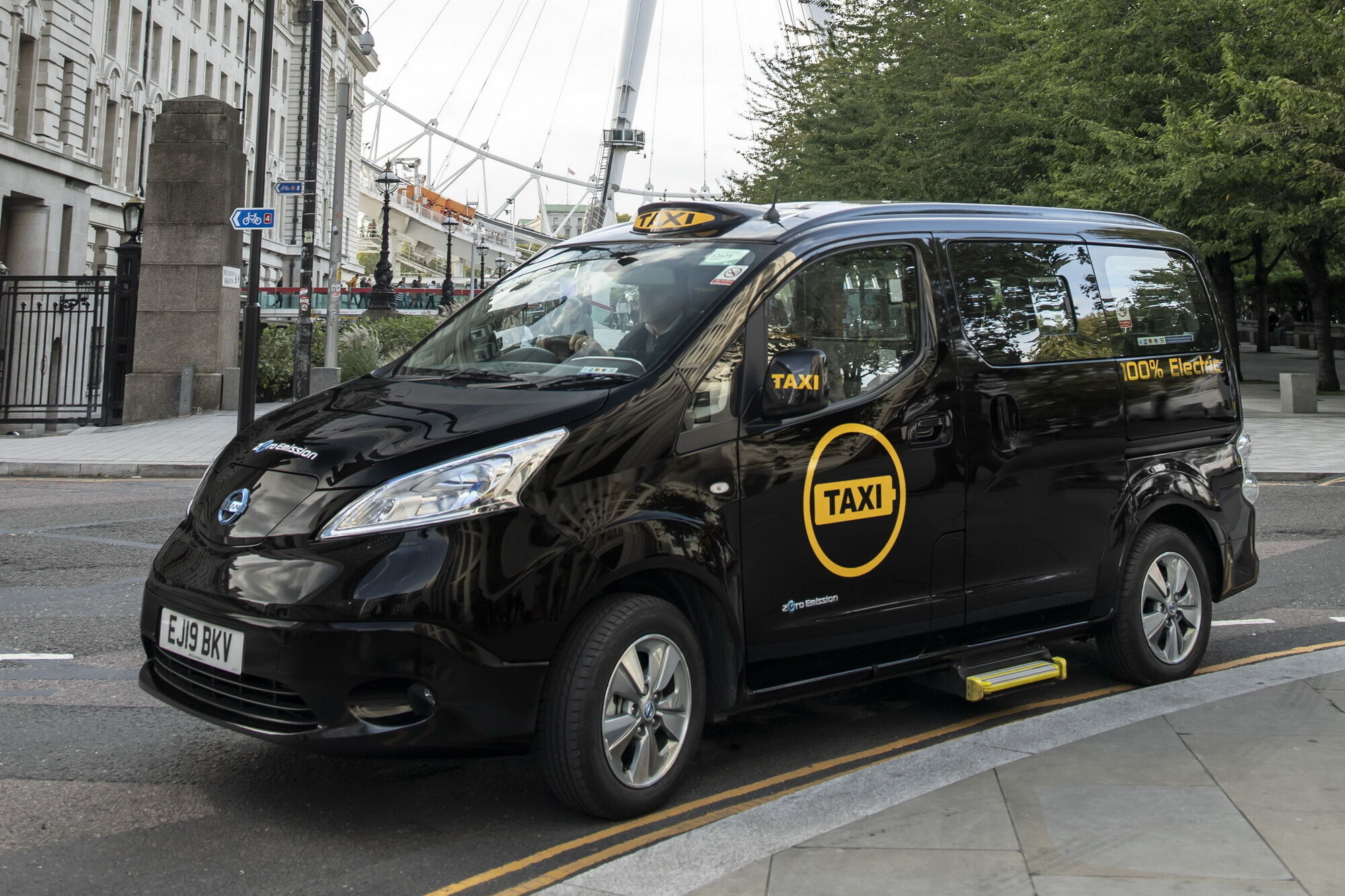 При трансформации в машину для такси базовый минивен Nissan e-NV200 Evalia получил более 1000 конструктивных изменений