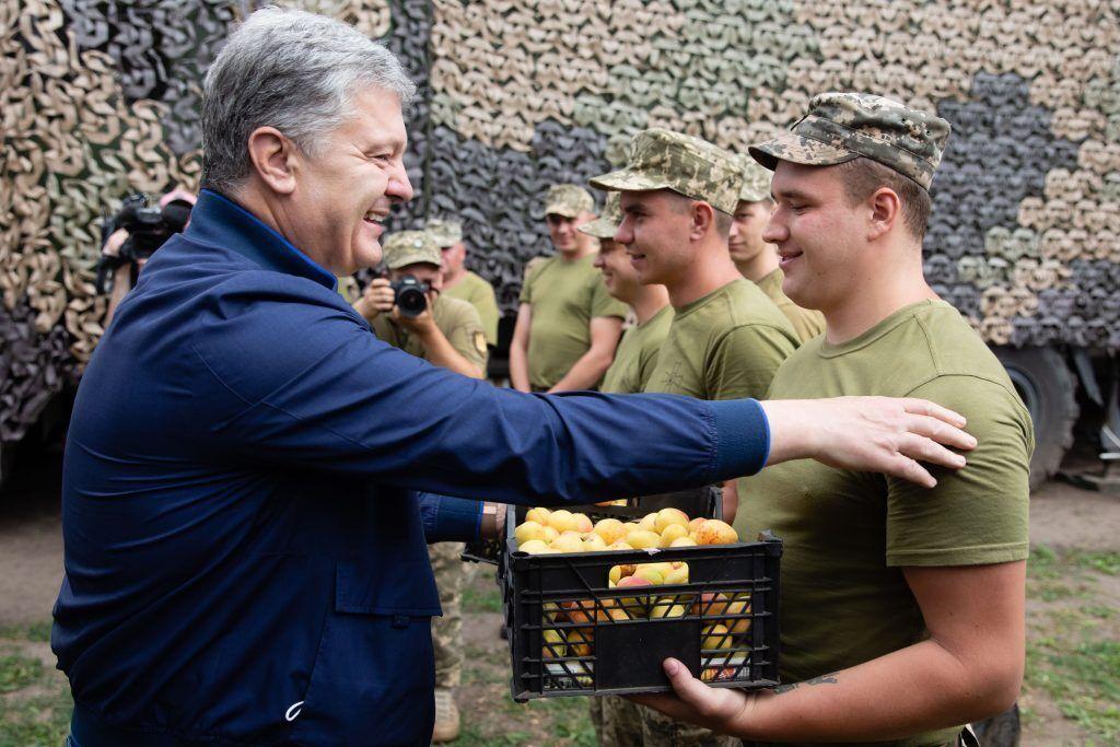 Воинам привезли спелые украинские абрикосы