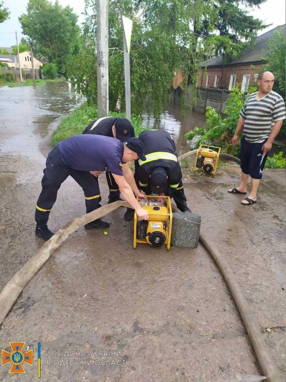 Спасатели откачивали воду из подтопленных дворов