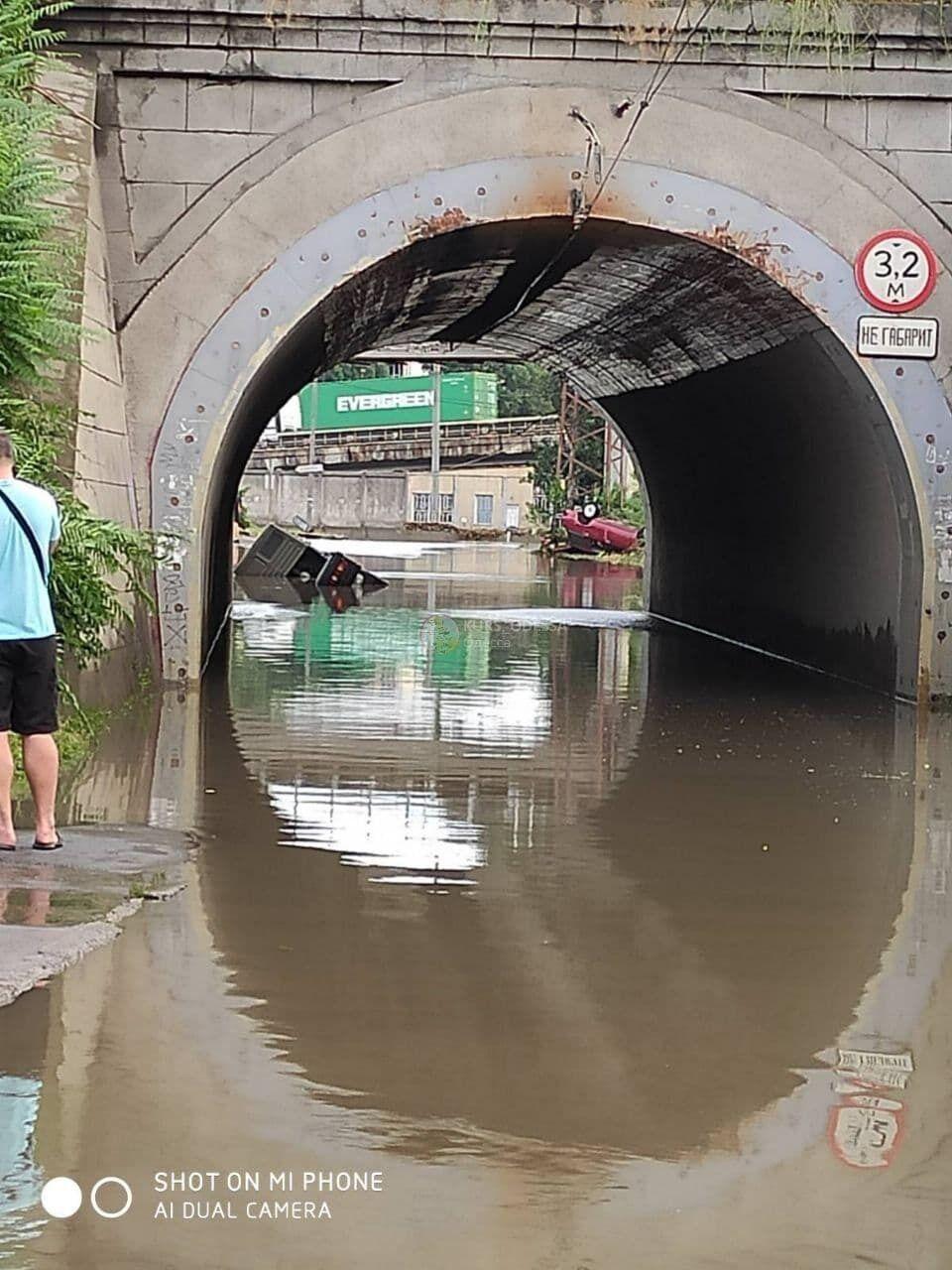 Автомобили не могли выехать из воды