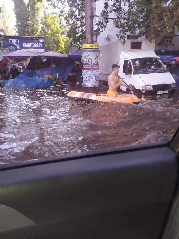 Одессит плавал по улицам на надувной лодке