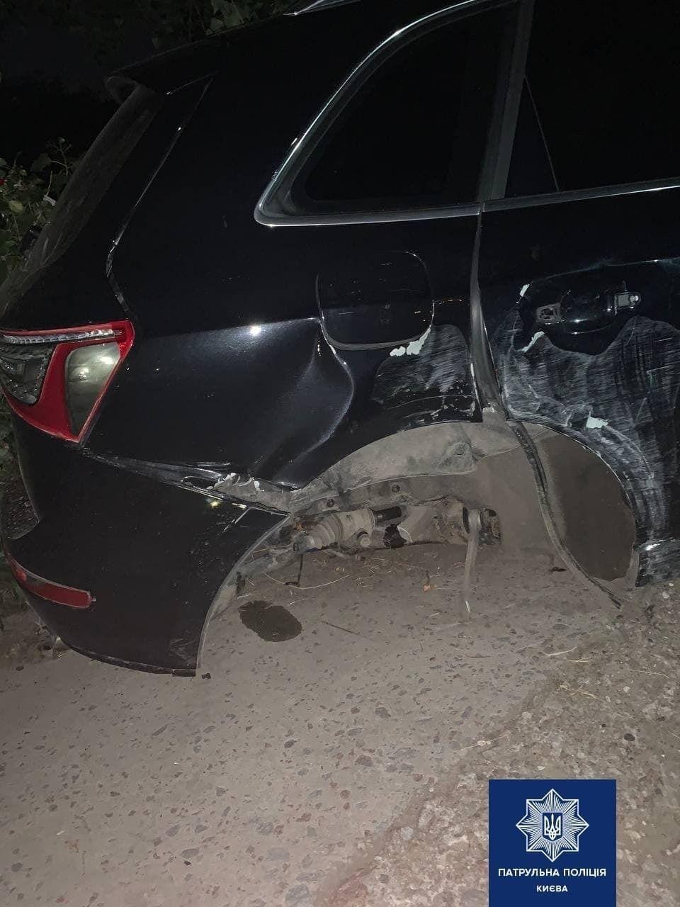 В результате аварии у машины вырвало колесо.