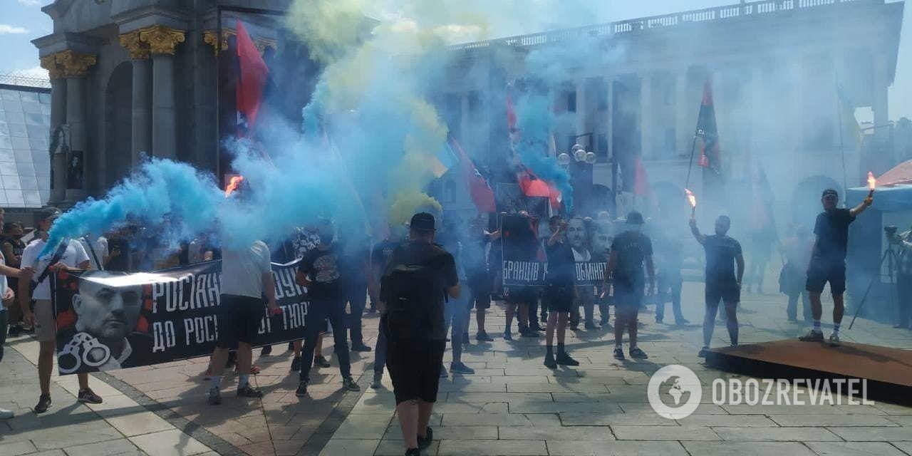 На Майдане участники акции зажгли файеры