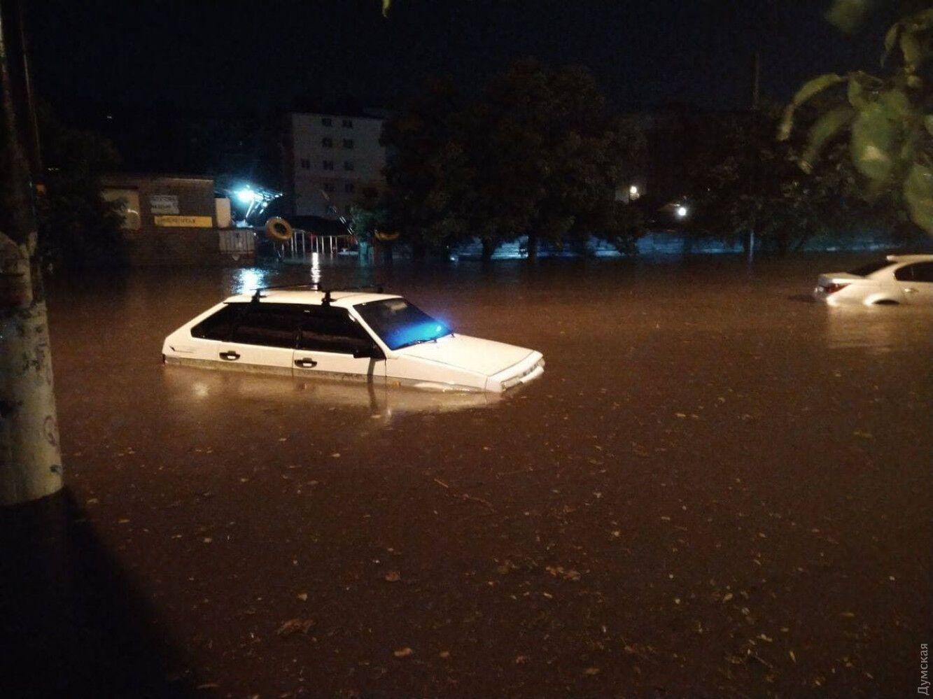 Авто виявилися в водяній пастці