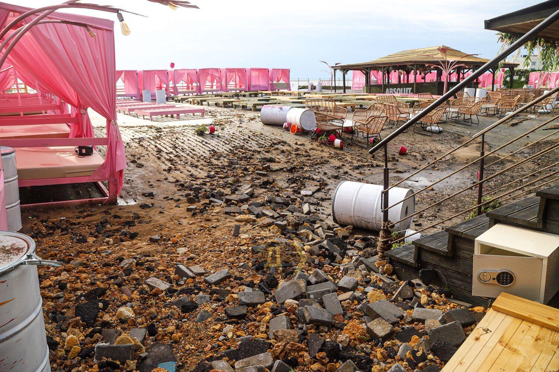 Инфраструктура пляжных комплексов повреждена