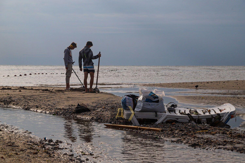 Поле ливня в Аркадии побережье усыпано мусором