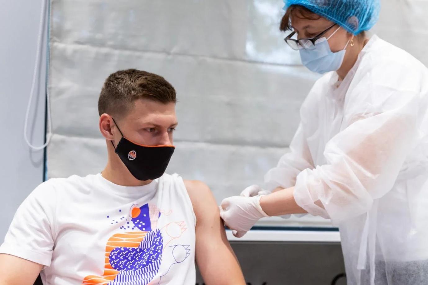 """Футболисты """"Шахтера"""" вакцинировались от коронавируса"""