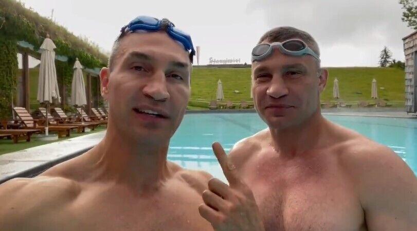 Братья Кличко в бассейне.