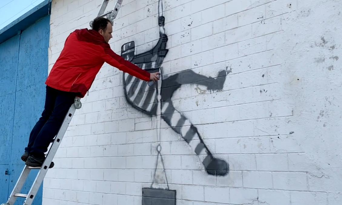 Министр нарисовал граффити в тюрьме.
