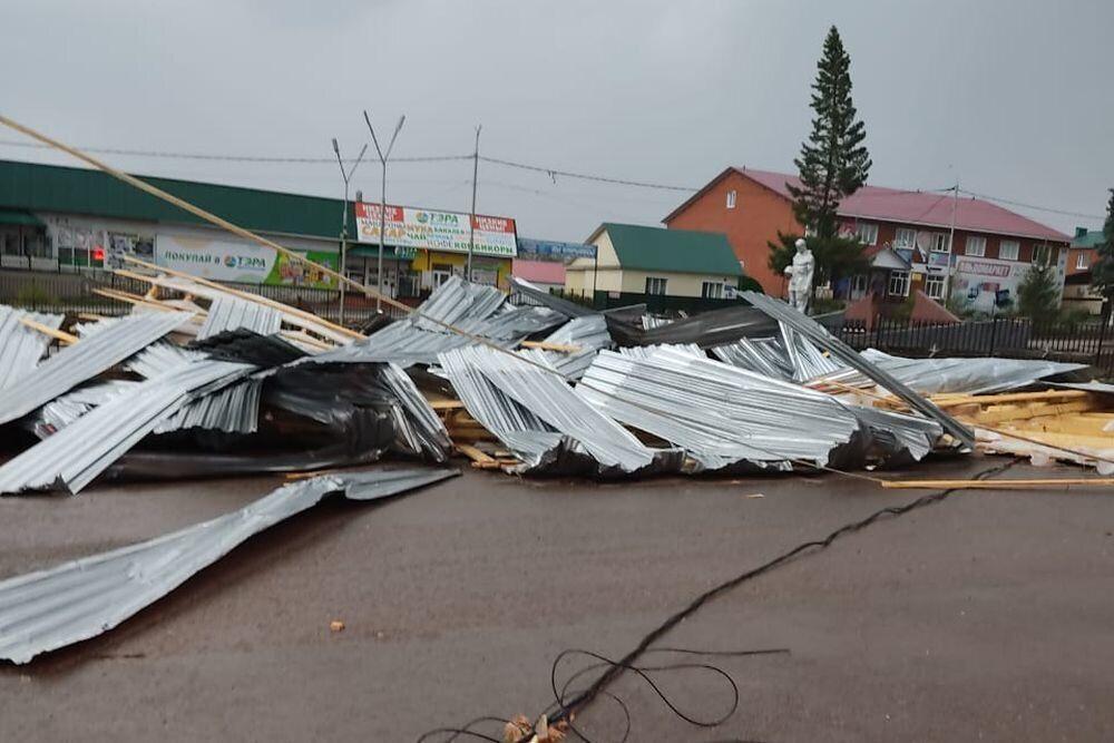 Снесенная ветром кровля магазина упала на девочку
