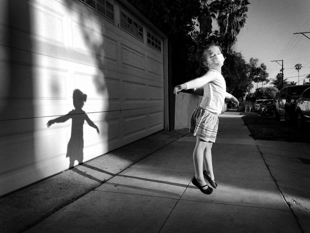 Девочка, прыгающая на улице