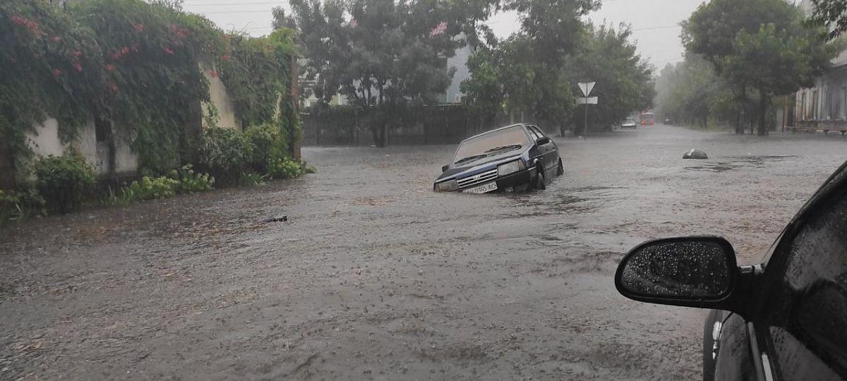Авто тонули в воді